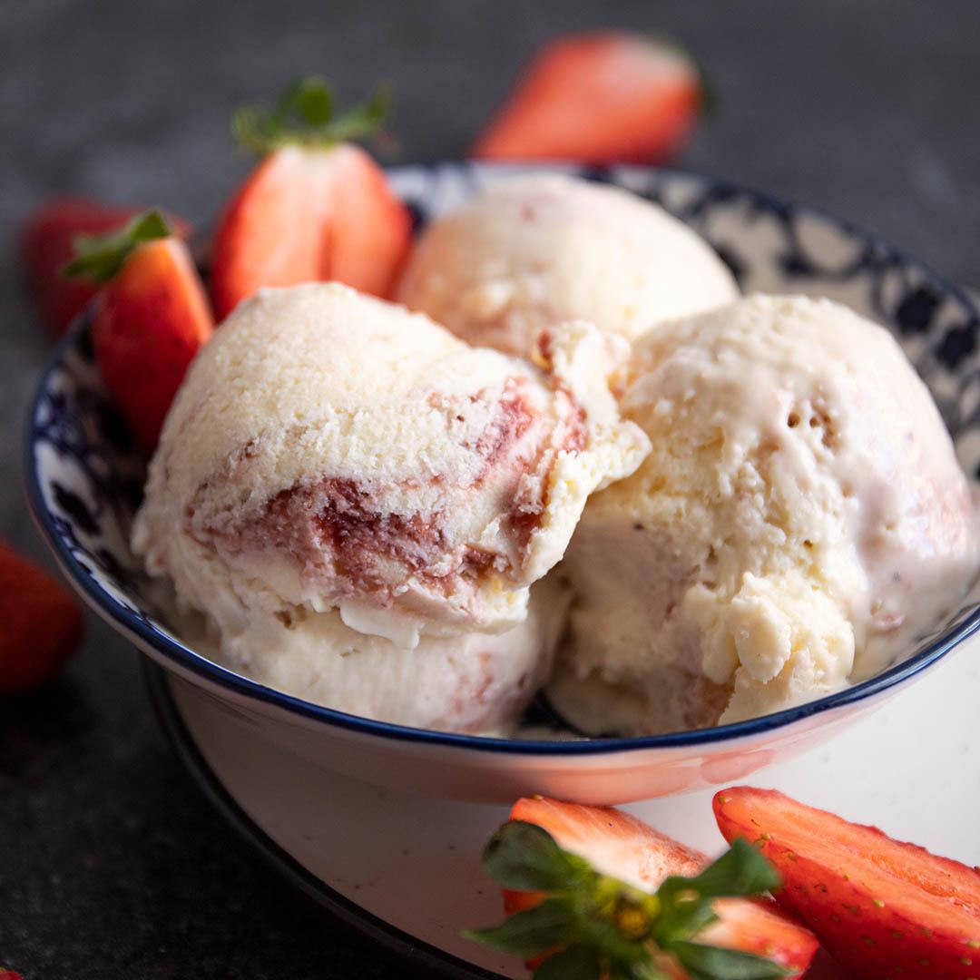 Keto Vanilleeis mit Erdbeer Swirl