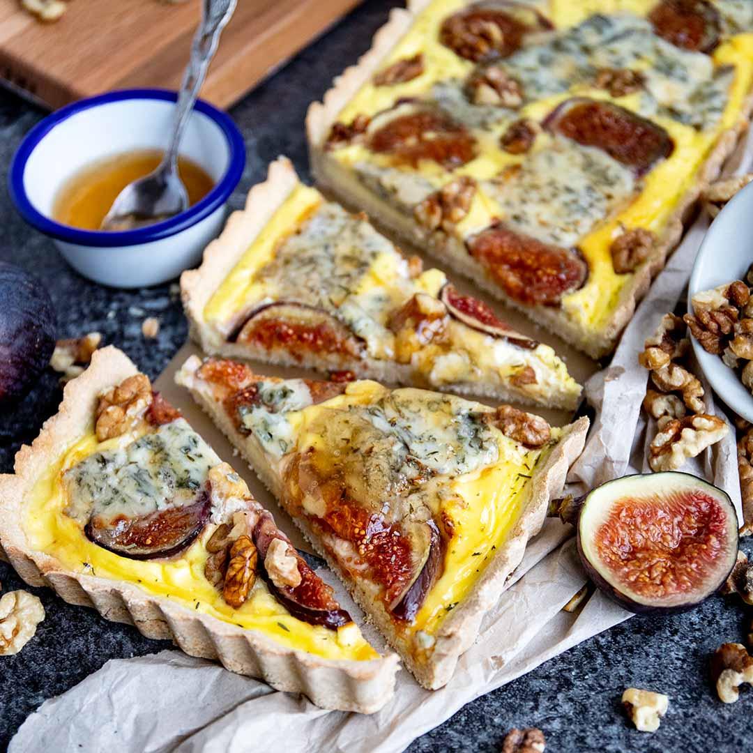 Low-Carb und Keto Tarte mit Roquefort, Feigen und Walnüssen