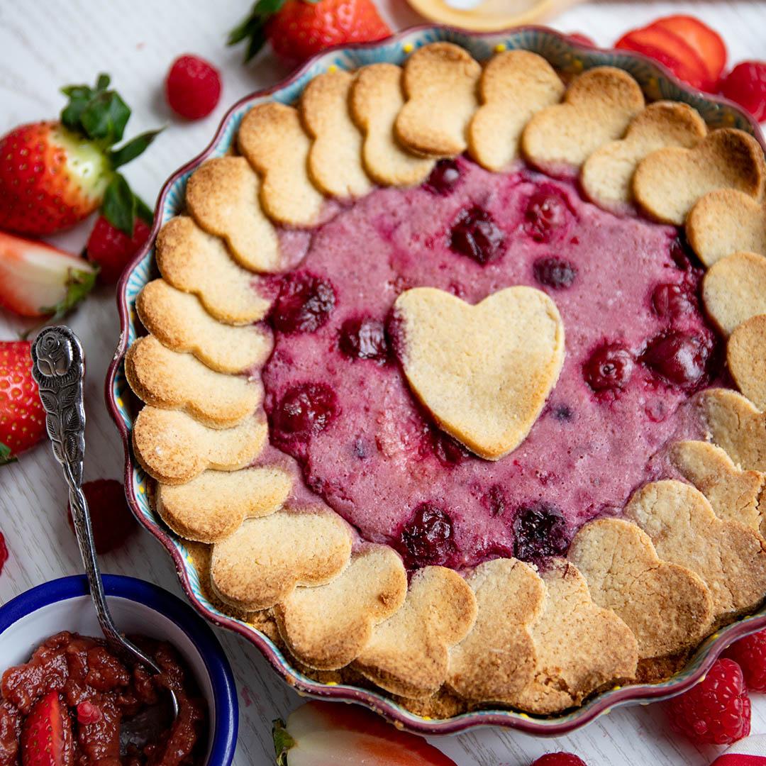 Low-Carb & Keto Valentinstag Pie mit Beerenfüllung