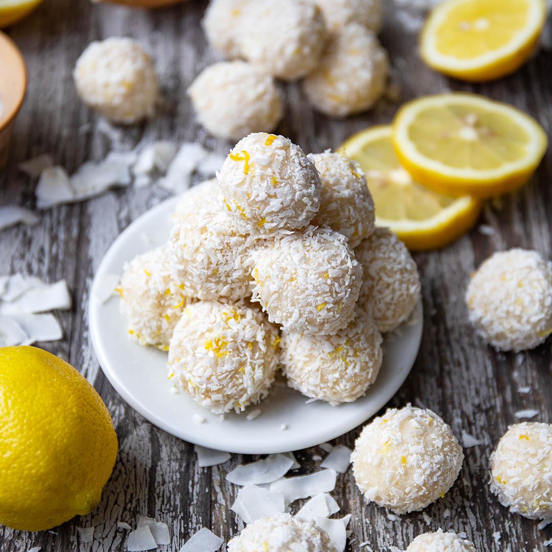 Vegane Low-Carb Zitronen-Kokosnuss-Bällchen