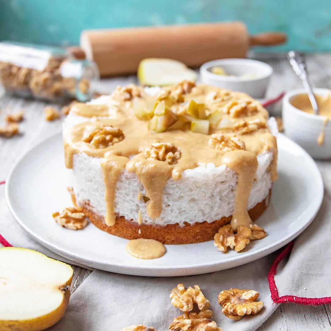 Winterliche Low-Carb & Keto Milchreis-Torte mit Birne & Karamellsoße