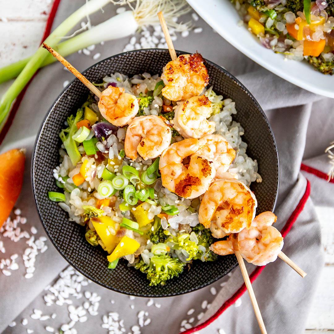 Keto Reispfanne mit Garnelenspießen