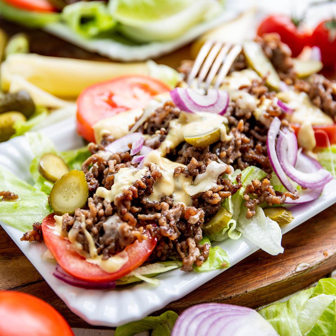 Low-Carb & Keto Big Mac Salat mit selbstgemachtem Dressing