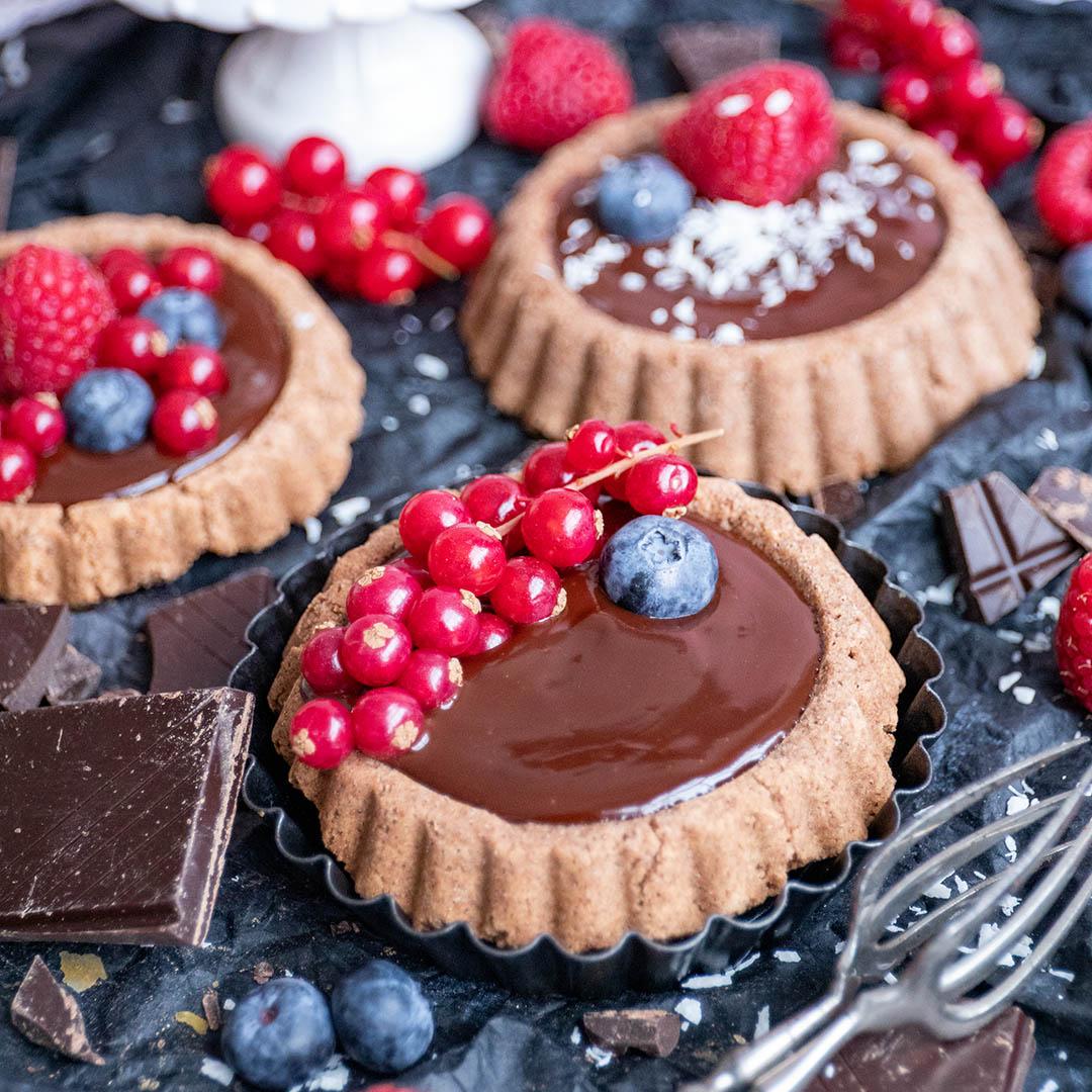 Schokoladige Low-Carb & Keto Tarteletts mit Beeren