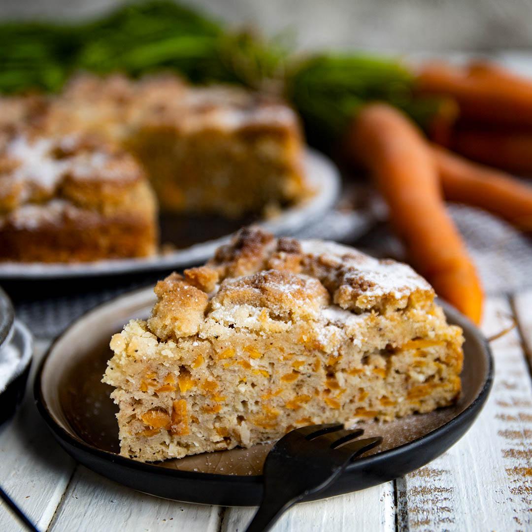 Keto Karottenkuchen mit Streuseln